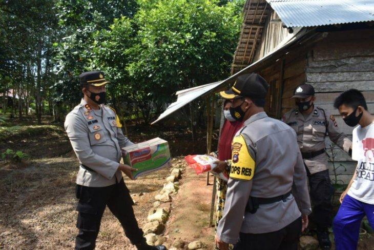 Kapolres Balangan serahkan bantuan kepada korban banjir