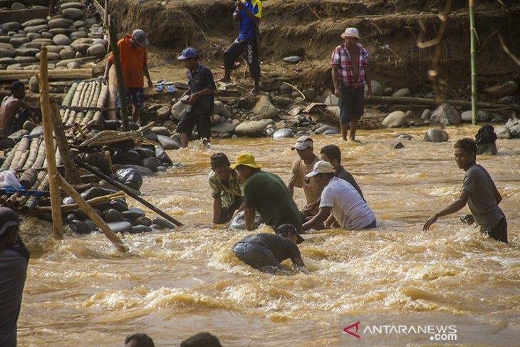 Warga Bergotong Royong Membuat Jembatan Darurat