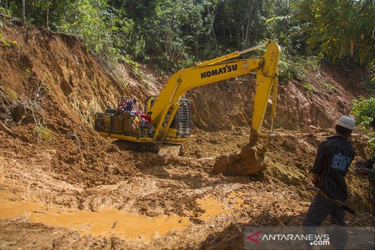 Tanah Longsor Tutup Akses Jalan ke Desa di Kecamatan Hantakan