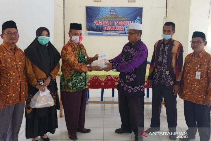 Para guru agama islam yang terdampak banjir di HST terima bantuan dari AGPAII