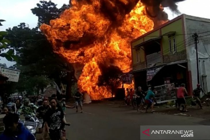 Gudang penyimpanan BBM terbakar, bangunan sekitar ikut berkobar