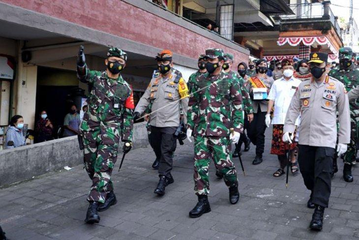 Kapolri dan Panglima TNI tinjau penerapan prokes di Pasar Kumbasari