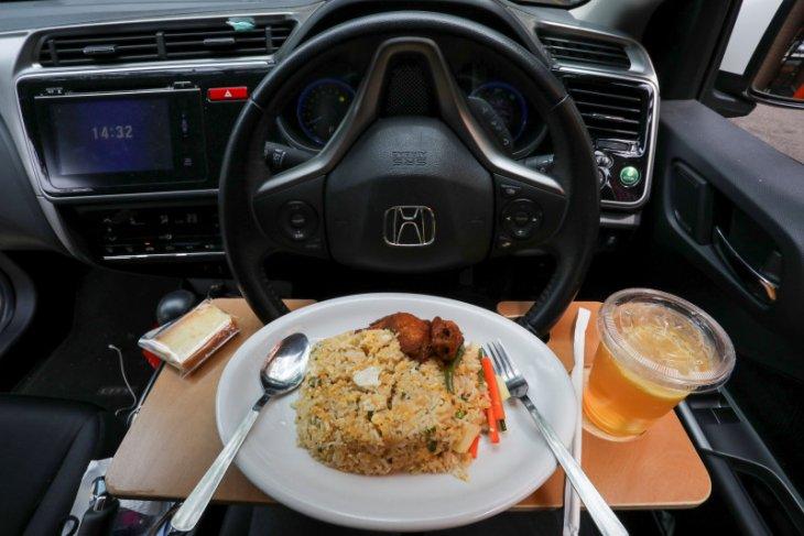 Kangen makan di restoran, warga bersantap di mobil
