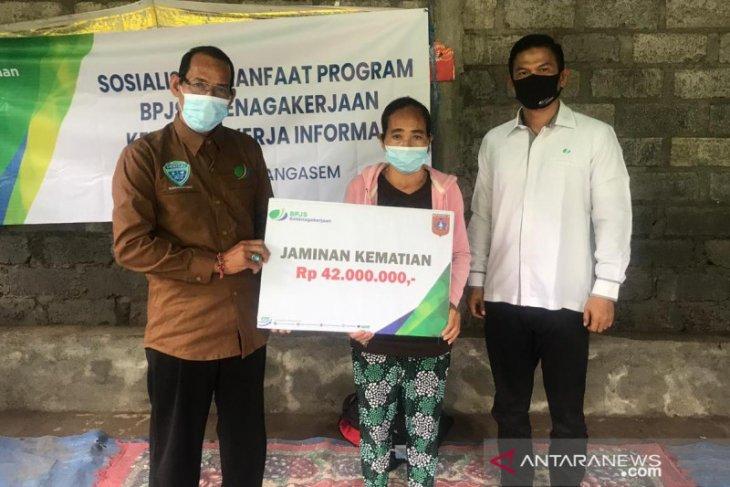 BPJamsostek Karangasem berikan santunan kematian ke keluarga nelayan