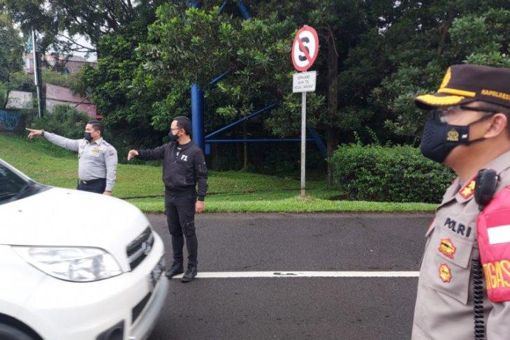 Pemberlakuan ganjil-genap, petugas periksa kendaraan di enam Pos Sekat Kota Bogor