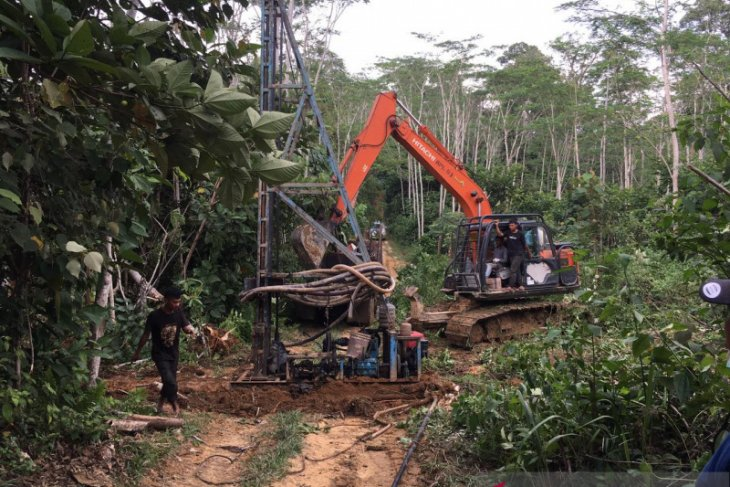 Polda Jambi menutup puluhan sumur minyak ilegal dan potong pipa