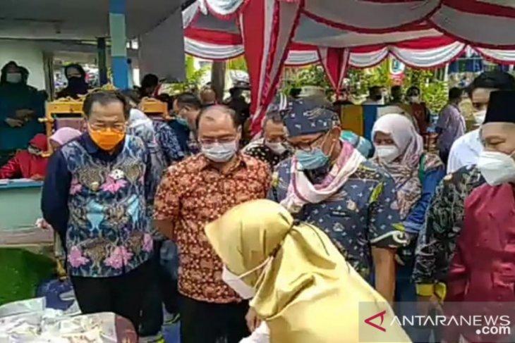 Sandiaga Uno kagumi pembuatan kapal kayu angkutan barang di Belitung
