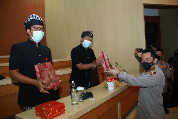 Kapolri beri penghargaan kepada pecalang Bali