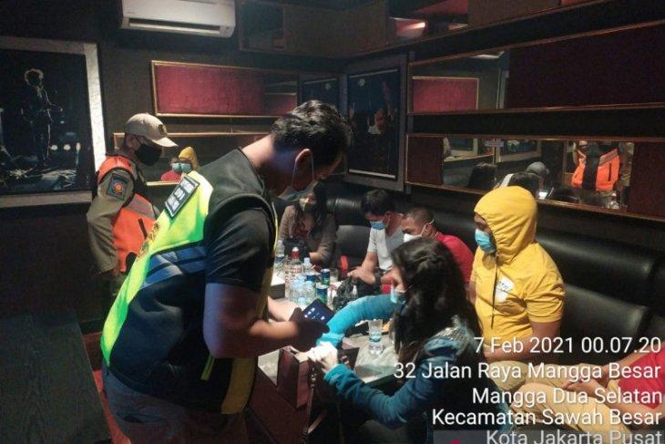 Satpol PP Jakarta Pusat segel karaoke Master Piece Mangga Besar