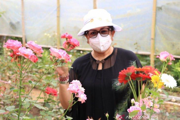Putri Koster ajak florist gunakan bunga hasil pertiwi Bali