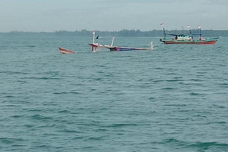 Nelayan evakuasi kapal tenggelam di Mukomuko