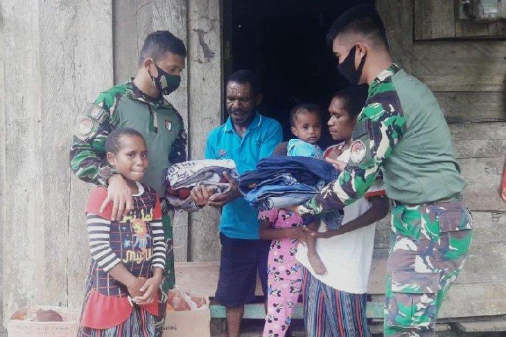 Warga kampung di perbatasan Indonesia terima bantuan pakaian dari TNI