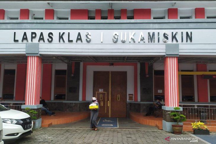 Separuh napi yang terserang corona di Bandung para mantan pejabat