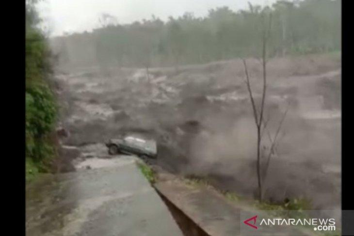 Mobil angkut BBM terseret banjir lahar dingin Gunung Semeru.
