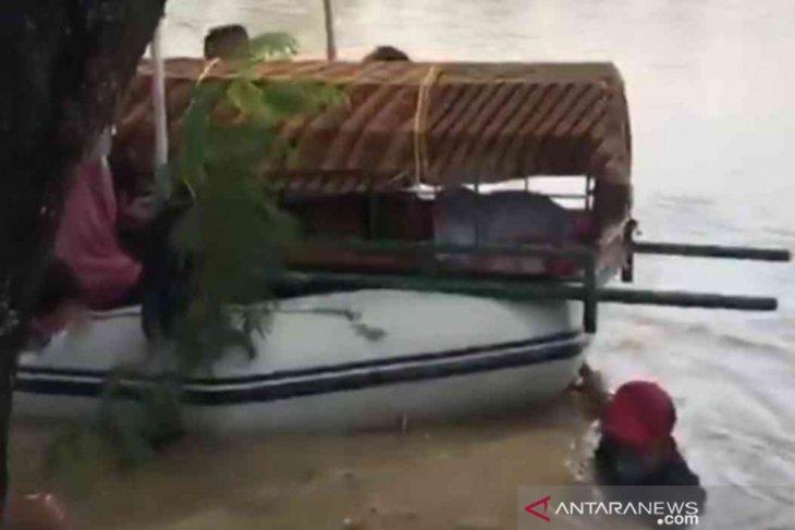 Jenasah Nenek Racin warga Cikarang dievakuasi dengan perahu karet akibat terisolir banjir