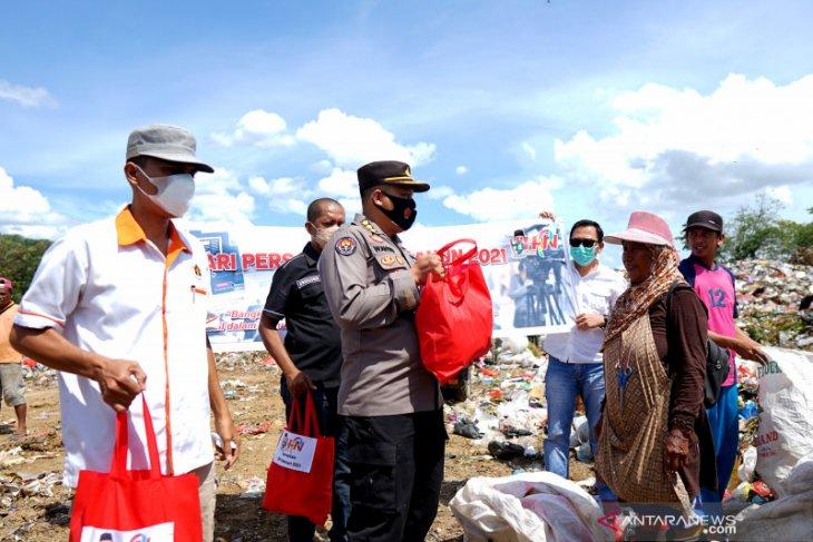 Polda dan Wartawan Gorontalo bagikan sembako peringati HPN