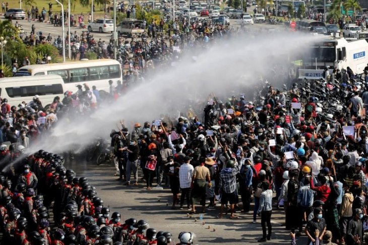Ribuan pengunjuk rasa turun ke jalan di Kota-kota besar Myanmar
