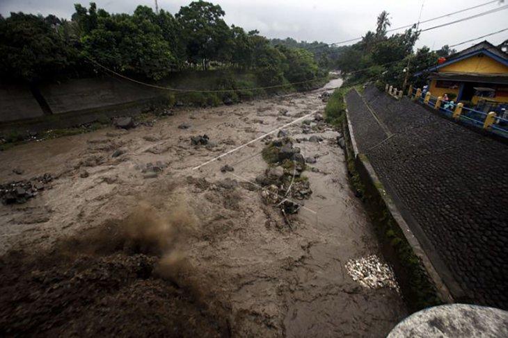 Wanita yang hilang terseret banjir ditemukan di tumpukan lumpur dengan kondisi mengenaskan