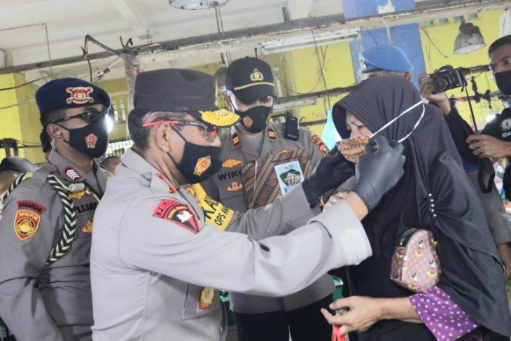 Kapolda Malut bagikan masker di tempat keramaian di Kota Ternate