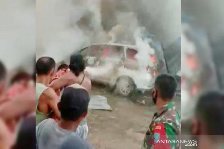 Kebakaran di Kuala Kapuas hanguskan empat mobil dan satu rumah