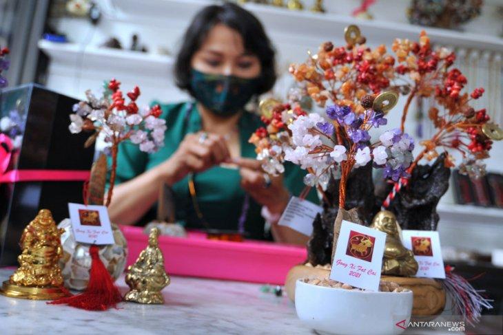 Jelang Imlek, penjualan kerajinan Pohon Kristal di Denpasar meningkat