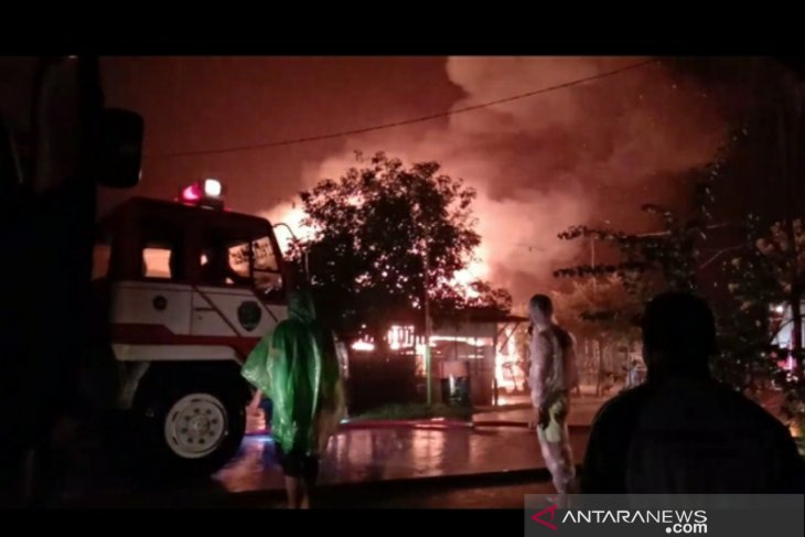 Empat rumah warga hangus terbakar di tengah hujan lebat