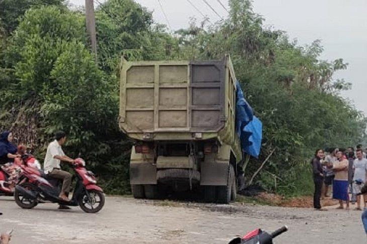 Ditinggal sopir, truk batubara tabrak tebing