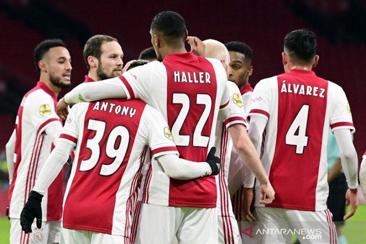 Ajax curi poin dari PSV berkat penalti menit terakhir