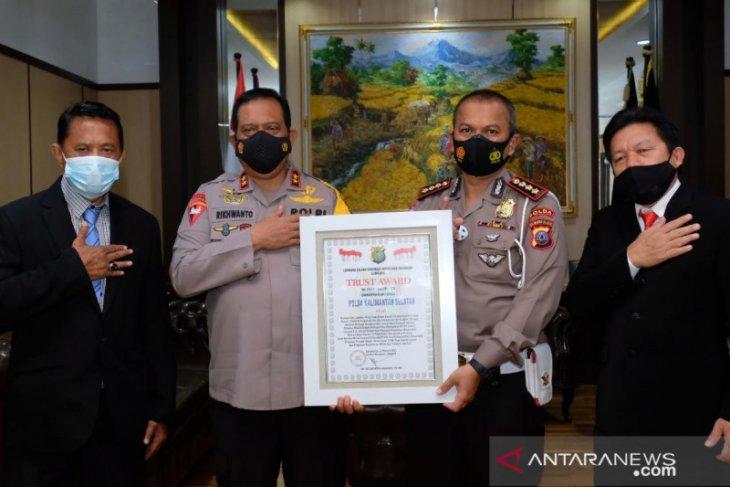 South Kalimantan Police win Trust Award for public service
