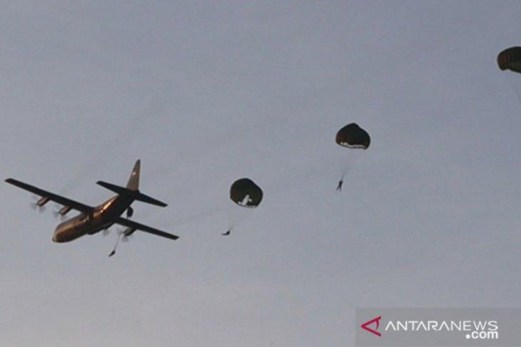 104 personel Batalion Komando Paskhas latihan terjun payung
