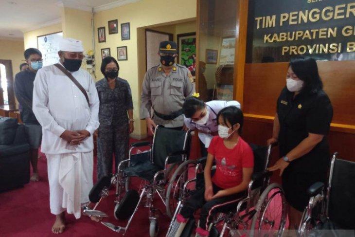 Ketua PKK Gianyar bantu kursi roda bagi disabilitas