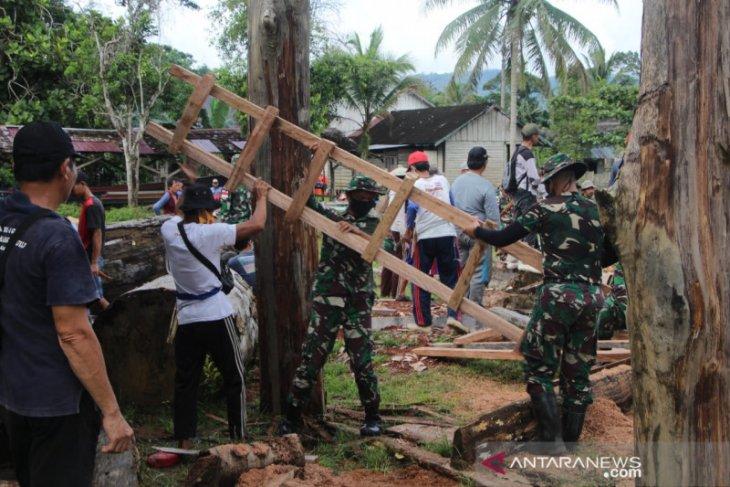 Tentara di perbatasan Gotong Royong Bangun Rumah Singgah