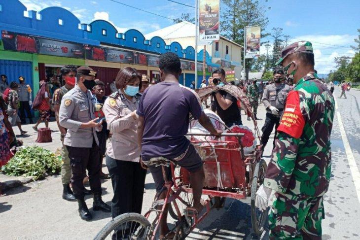 TNI/Polri bagikan 3.000 masker gratis kepada warga Wamena
