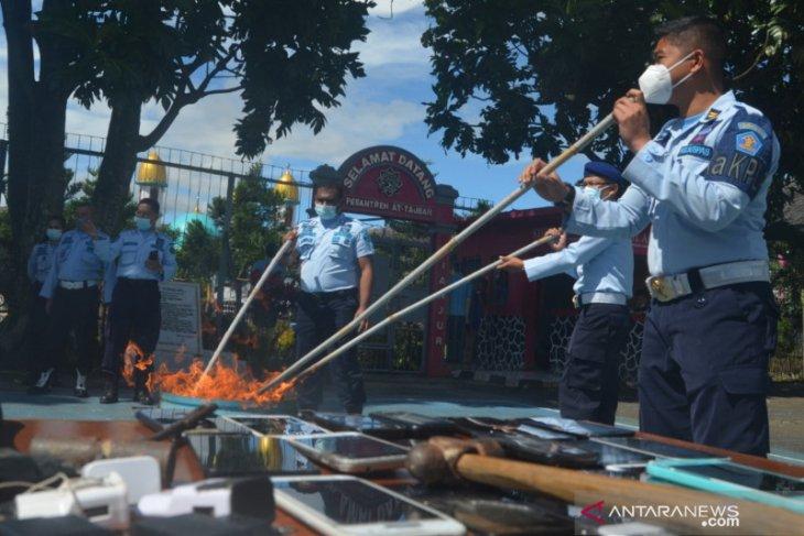Banyak napi punya ponsel di sel, di Cianjur ratusan unit dihancurkan