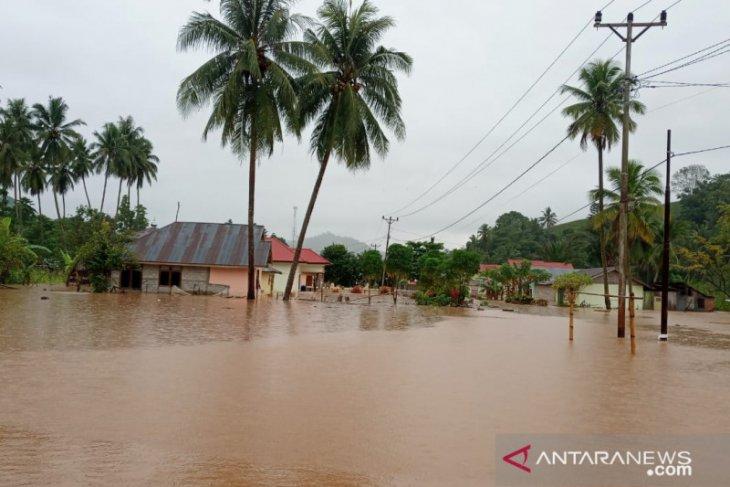 Banjir di Tomilito Gorontalo Utara tutup akses jalan desa