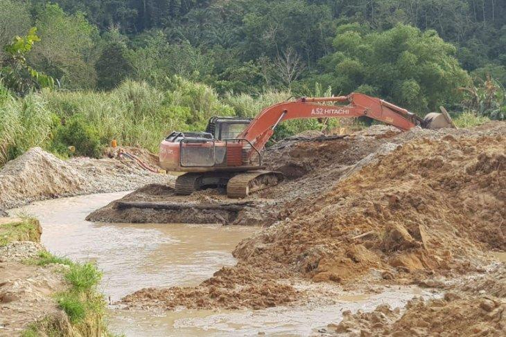 Dua alat berat di lokasi tambang emas ilegal disita