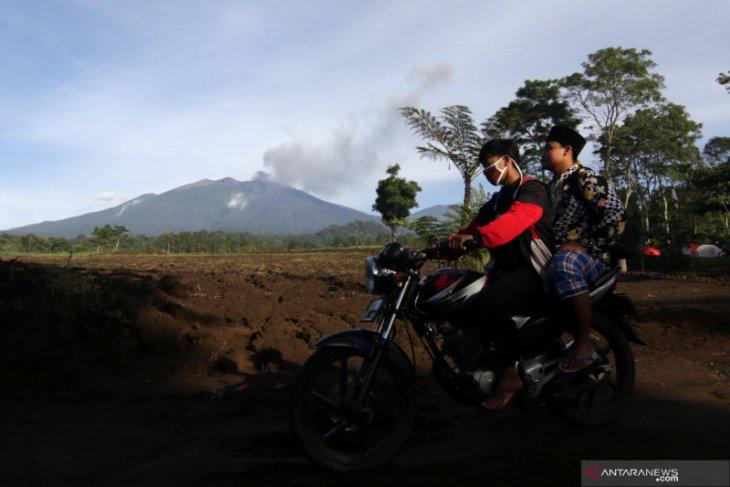 Abu vulkanik Gunung Raung mulai menurun