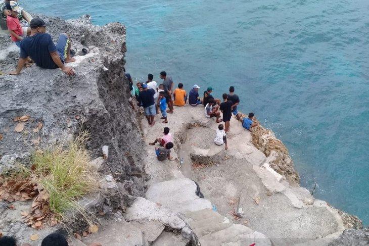 Basarnas Ambon cari nelayan terjatuh di laut Desa Latuhalat