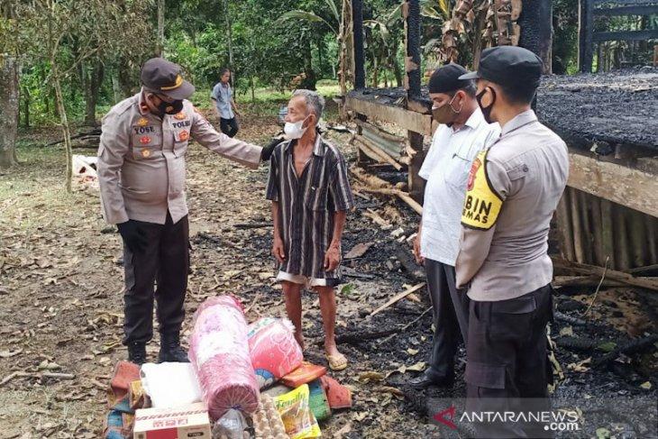 Polisi bantu korban kebakaran di Aceh Tamiang