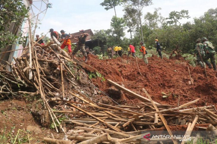 East  Java's rescuers continue efforts to trace 16 missing residents