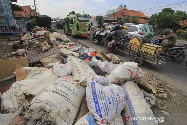Sampah sisa banjir menumpuk di Pantura