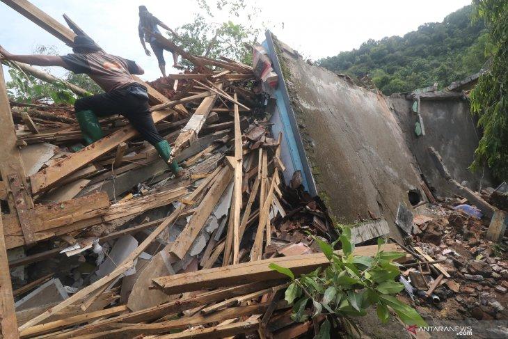 BPBD:  Empat dari korban longsor yang hilang di Nganjuk ditemukan