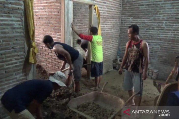 Tanah longsor rusak rumah warga di Madiun.