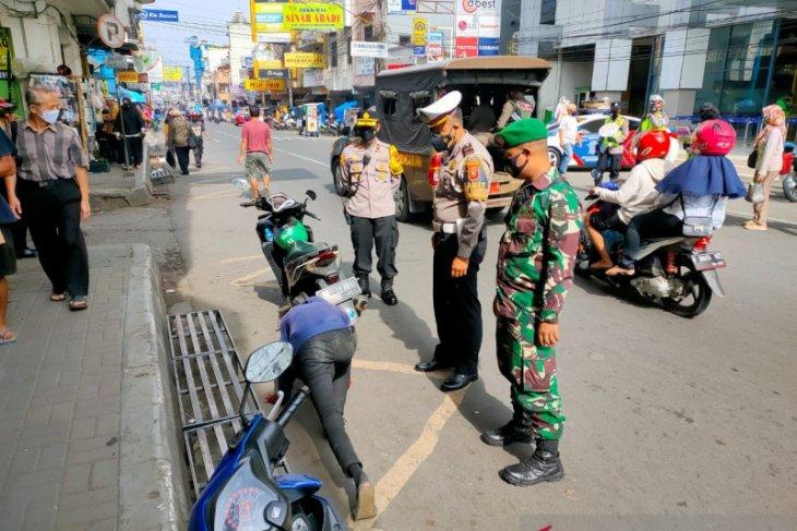 Tekan kasus COVID-19 di Sukabumi , petugas gabungan tindak tegas pelanggar PPKM