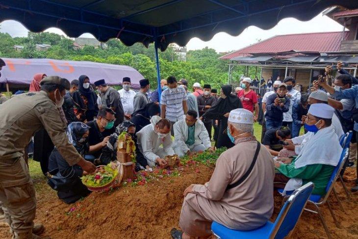 Bupati Paser Yusriansyah dikebumikan di pemakaman keluarga
