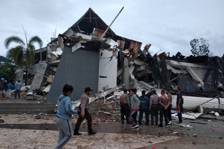 Sebanyak 153 sekolah  dan 77 kantor di Mamuju rusak terdampak gempa