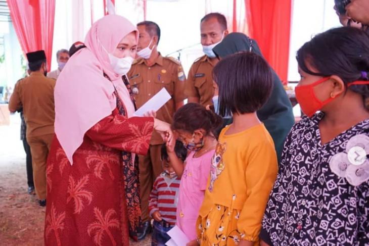 Bupati Muarojambi serahkan bantuan bagi warga terdampak COVID-19