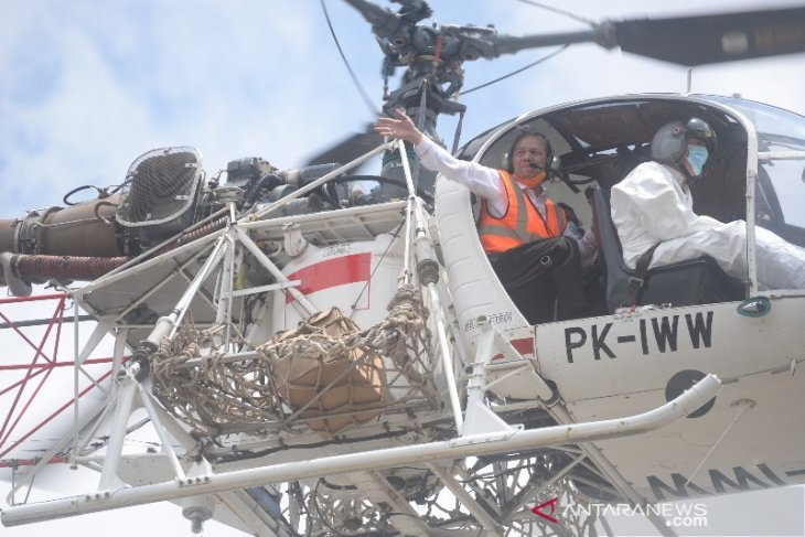 Diiringi lambaian tangan, Syahrul tinggalkan Kantor Bupati Tapsel gunakan helikopter