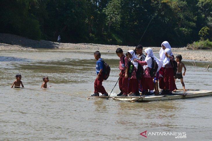 Murid gunakan rakit bambu seberangi sungai di pedalaman Aceh