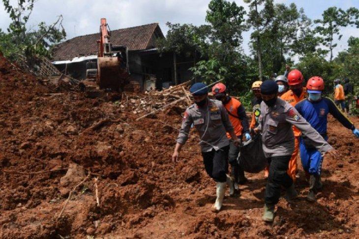 Lima jenazah korban tanah longsor di Nganjuk ditemukan